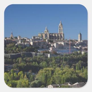 Erhöhte Stadtansicht mit der Segovia-Kathedrale Quadratischer Aufkleber
