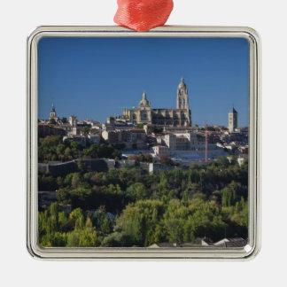 Erhöhte Stadtansicht mit der Segovia-Kathedrale Silbernes Ornament