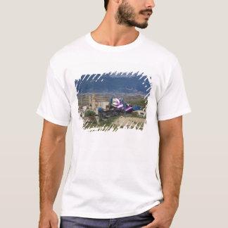 Erhöhte Stadtansicht und Hotel Marques de Riscal 2 T-Shirt