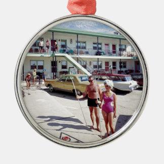 Erholungs-Bucht-Motel in den sechziger Jahren Rundes Silberfarbenes Ornament