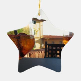 Erneuernaperitifgetränk des Sommers auf den Felsen Keramik Stern-Ornament