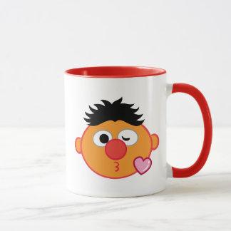 Ernie stellen das Werfen eines Kusses gegenüber Tasse