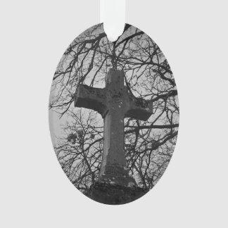 Ernstes Kreuz des Friedhofs geschützt durch Ornament