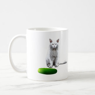 Erschrecken Sie die Katze mit einer Gurke Kaffeetasse