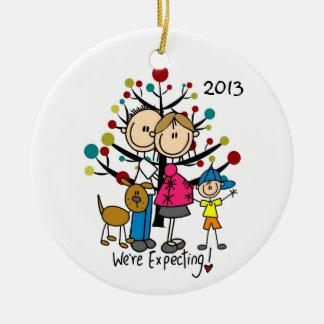 Erwartungsvolle Paare mit Jungen-und Keramik Ornament