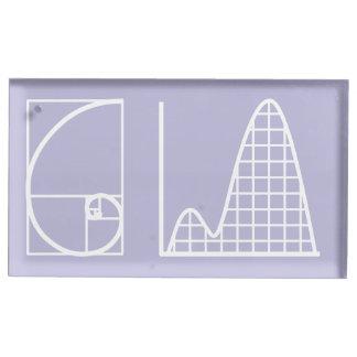 Es fügt oben im Lavendel-Tabellen-Karten-Stand