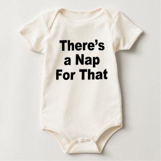 Es gibt ein Nickerchen für das Baby Strampler