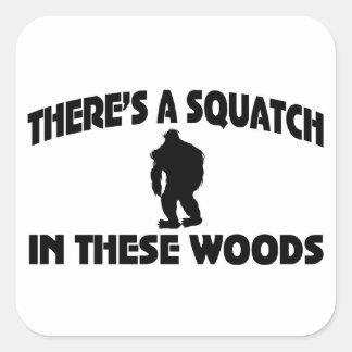 Es gibt ein Squatch in diesem Holz Quadrataufkleber