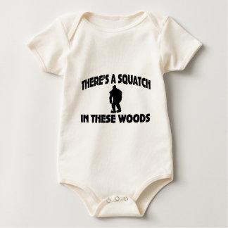 Es gibt ein Squatch in diesem Holz Baby Strampler