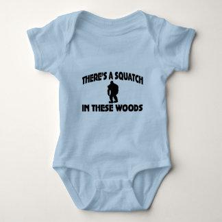 Es gibt ein Squatch in diesem Holz Babybody
