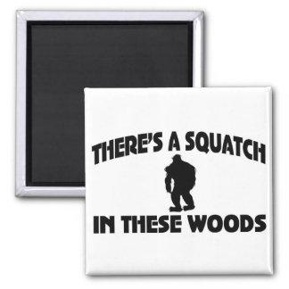 Es gibt ein Squatch in diesem Holz Kühlschrankmagnet
