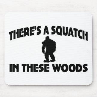 Es gibt ein Squatch in diesem Holz Mauspads