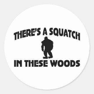 Es gibt ein Squatch in diesem Holz Runder Aufkleber