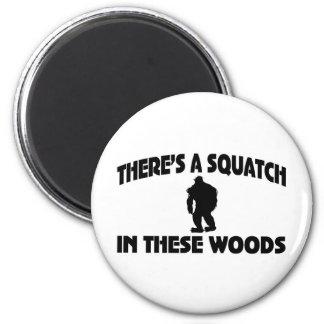 Es gibt ein Squatch in diesem Holz Runder Magnet 5,7 Cm