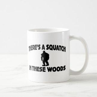 Es gibt ein Squatch in diesem Holz Tasse