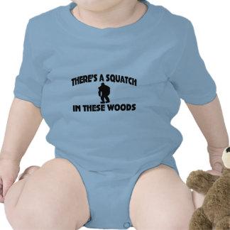 Es gibt ein Squatch in diesem Holz Strampelanzüge
