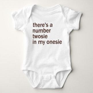 Es gibt eine Zahl Twosie in meinem… Baby Strampler