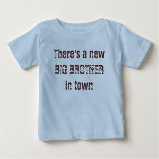 Es gibt einen neuen GROSSEN BRUDER in der Stadt Baby T-shirt