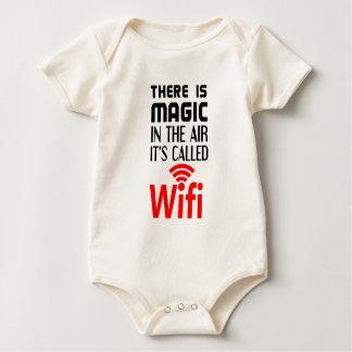 Es gibt in der Luft magisch, die es wifi genannt Baby Strampler