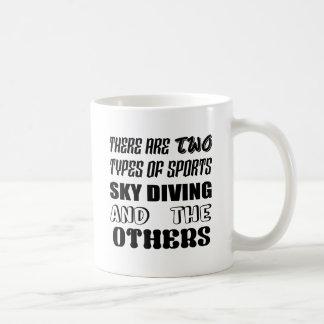 Es gibt zwei Arten Sport-Fallschirmspringen und Kaffeetasse