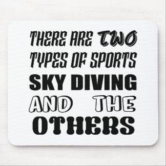 Es gibt zwei Arten Sport-Fallschirmspringen und Mousepad