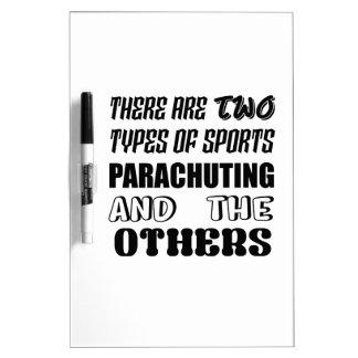 Es gibt zwei Arten Sport Fallschirmspringen und Trockenlöschtafel