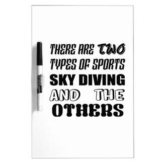 Es gibt zwei Arten Sport-Fallschirmspringen und Trockenlöschtafel