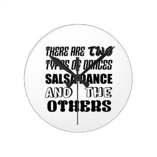 Es gibt zwei Arten Tanz-Salsa Tanz und othe Runde Wanduhr