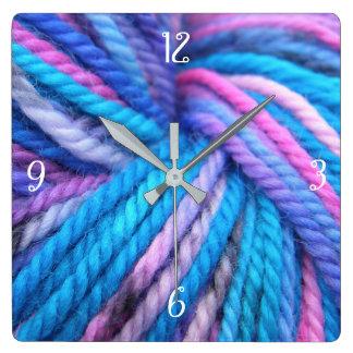 Es ist die Stunde zu stricken Quadratische Wanduhr
