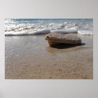 Es ist ein Felsen, auf einem Strand Poster