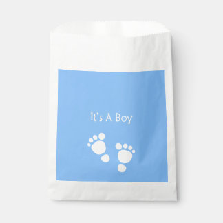 Es ist ein Junge mit des blauen Babys Geschenktütchen
