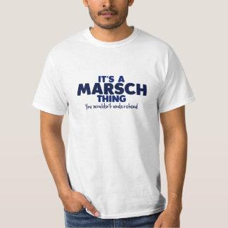 Es ist ein Marsch Sache-Familienname-T - Shirt