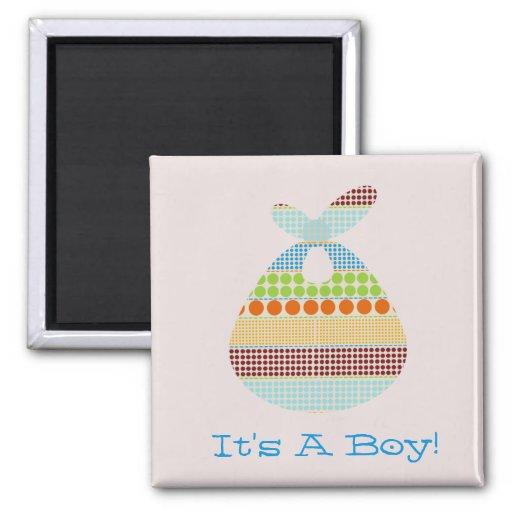 Es ist eine Junge Boho Punkt-Bündel-Babyparty Quadratischer Magnet
