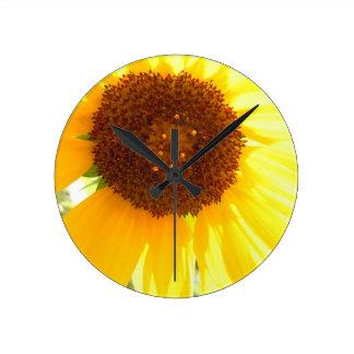 Es ist eine Sonnenblume-Welt Runde Wanduhr
