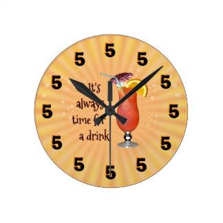 Es ist immer Zeit für ein Getränk; -) Runde Wanduhr