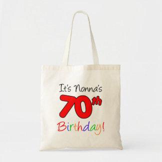 Es ist Nonnas 70. Geburtstags-Spaß und bunte Tragetasche