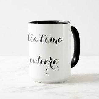 Es ist Tee-Zeit irgendwo Tasse