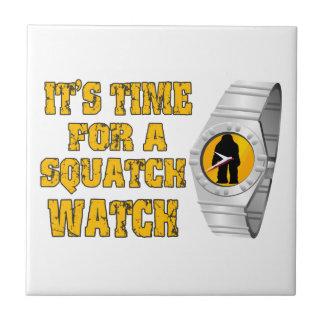Es ist Zeit für eine Squatch Uhr Keramikfliese
