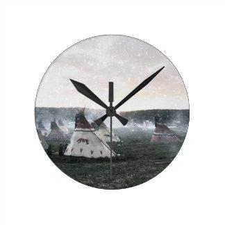 Es schneit auf dem Lager Runde Wanduhr