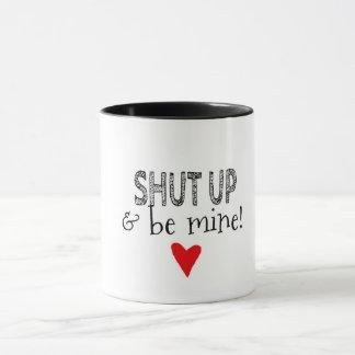 Es zerteilt mit der Romantischen Mitteilung Tasse