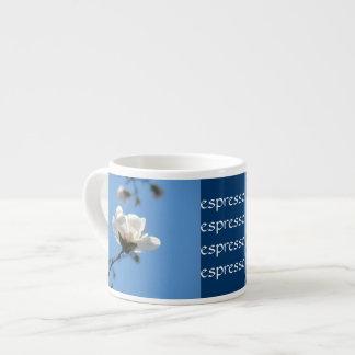 Espresso-Tassen blauer Himmel-weiße Magnolienoster