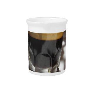 Espressokaffee mit Rum-, Zucker- und Zitronenrinde Getränke Pitcher