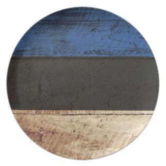 Estland-Flagge auf altem hölzernem Korn Teller