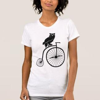 Eule, die auf Vintagem Penny-Farthing-Fahrrad T-Shirt