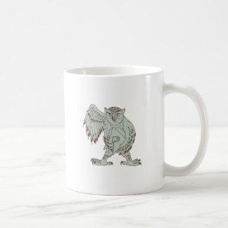 Eule, die das spartanische Sturzhelm-Zeichnen hält Kaffeetasse