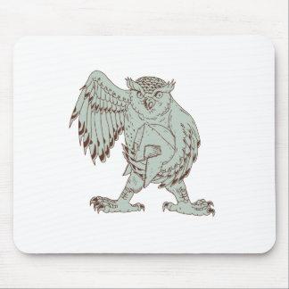 Eule, die das spartanische Sturzhelm-Zeichnen hält Mousepad