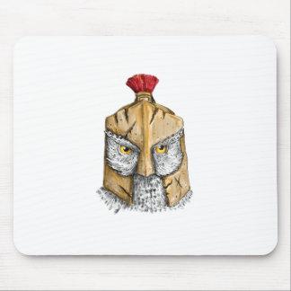 Eule, die spartanische Sturzhelm-Tätowierung trägt Mousepad
