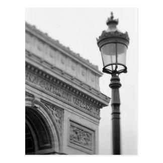 Europa, Frankreich, Paris. Der Arc de Triomphe und Postkarte