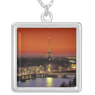 Europa, Frankreich, Paris. Sonnenuntergangansicht Versilberte Kette