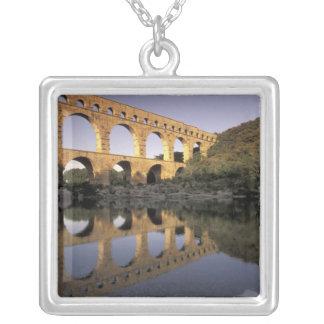 Europa, Frankreich, Provence, Gard; Pont DU Gard, Versilberte Kette